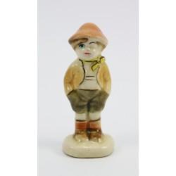 Mała figurka ceramiczna - chłopiec